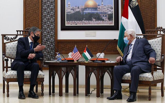 Le président de l'Autorité palestinienne Mahmoud Abbas, à droite, rencontre le secrétaire d'État américain Antony Blinken, dans la ville de Ramallah, en Cisjordanie, le 25 mai 2021. (AP Photo/Majdi Mohammed, Pool)