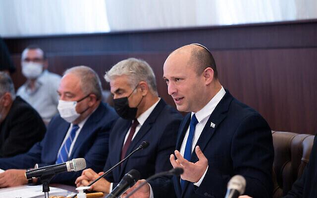 Le Premier ministre Naftali Bennett dirige une réunion du cabinet au bureau du Premier ministre à Jérusalem, le 20 juin 2021. (Crédit : Alex Kolomoisky/POOL)