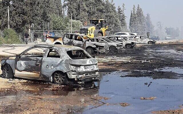 Un certain nombre de véhicules endommagés près du parc national Gan Hashlosha après un incendie, le 3 juillet 2021. (Crédit : Autorité israélienne de la nature et des parcs)