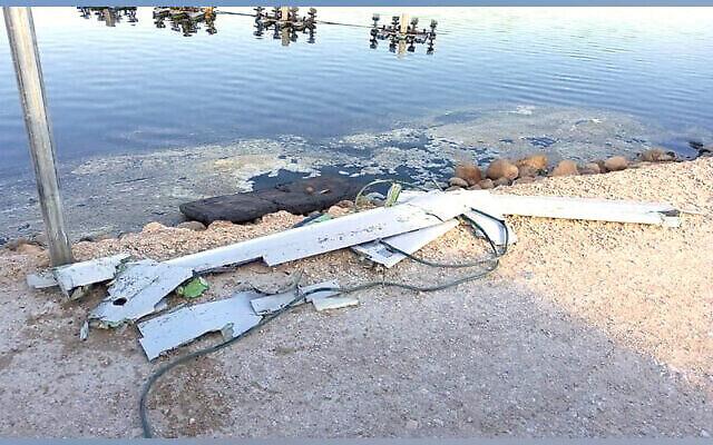 Les restes d'un présumé drone iranien abattu au-dessus du nord d'Israël, dont des parties sont tombées dans un bassin à poissons au kibboutz Maoz Haim, le 14 mai 2021. (Tsahal)