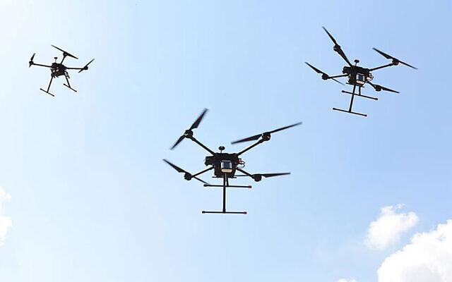 Des drones militaires israéliens volent en formation sur une photographie non-datée. (Crédit : Armée israélienne)