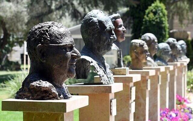 Un buste du président Reuven Rivlin par l'artiste Sigalit Landau dans l'Avenue des présidents, à la résidence présidentielle, le 5 juillet 2021. (Crédit : Haim Zach/ GPO)