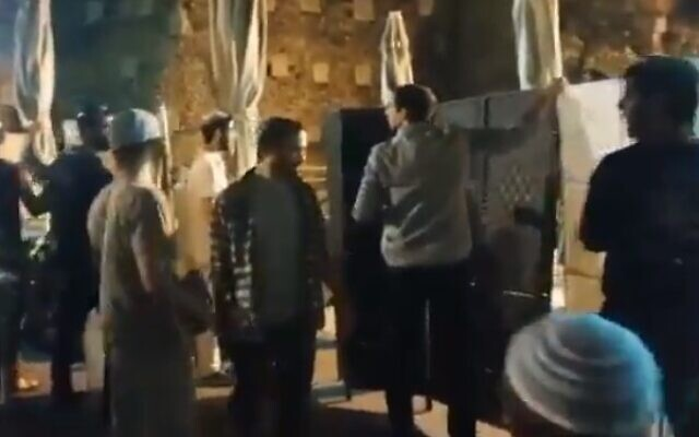 Des militants juifs orthodoxes d'extrême droite installent une cloison pour séparer les hommes et les femmes dans la zone de prière égalitaire du Mur occidental à Jérusalem, lors d'un office de prière de Tisha BeAv, le 17 juillet 2021. (Capture d'écran / Twitter)