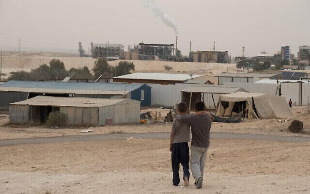 Les villages bédouins non reconnus autour de la zone industrielle de Ramat Hovav, dans le sud d'Israël, souffrent d'un niveau élevé de pollution atmosphérique en raison des bassins d'évaporation chimique à proximité et d'une centrale électrique d'Israel Electric Company, le 28 décembre 2017. (Yaniv Nadav/Flash90) ?????? ???? ????? ?? ????? ????  ????????, ?????? ?????? ?? ????????? ????? ??? ?? ???? ????