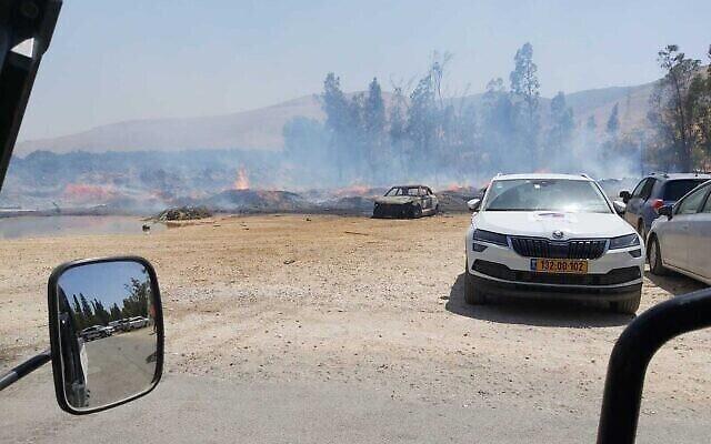 Un feu près du  parc national de Gan HaShlosha dans le nord d'Israël, le 3 juillet 2021. (Crédit : Autorité israélienne de la nature et des parcs)