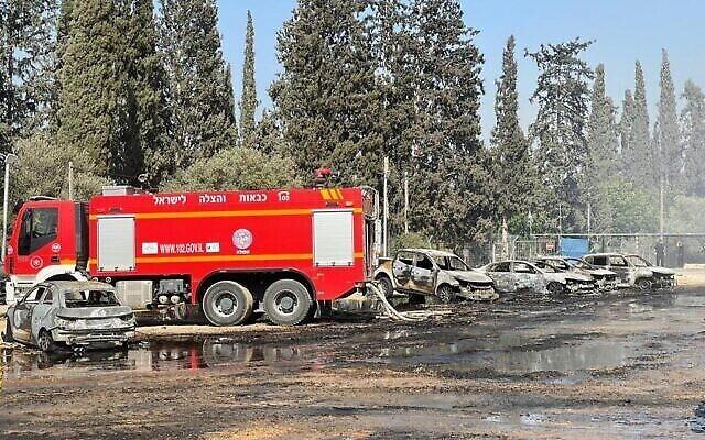 Les sapeurs-pompiers éteignent un incendie près du parc national Gan HaShlosha, dans le nord d'Israël, le 3 juillet 2021. (Crédit : Services des incendies et des secours)