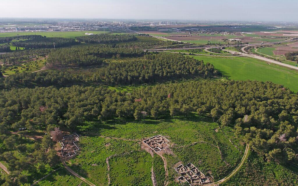 Vue aérienne de Khirbet el Rai, près de Lachish dans le centre d'Israël. (Crédit: Emil Aladjem, Autorité des Antiquités d'Israël)