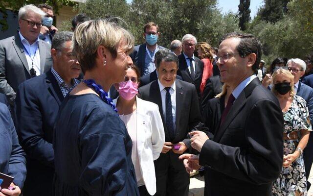 Des parlementaires français rencontrent le président Isaac Herzog (à droite) à Jérusalem, le 20 juillet 2021. (Mark Neyman/GPO)