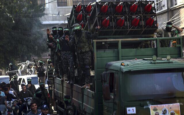 Des membres masqués du Hamas défilent avec des roquettes Qassam dans les rues de Khan Younis, dans le sud de la bande de Gaza, le 27 mai 2021. (Crédit: AP/Yousef Masoud)