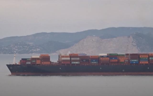 Le CSAV TYNDALL, qui appartenait auparavant à Israël, est vu en train de naviguer près du port de Pireas, en Grèce, le 15 janvier 2021. (Capture d'écran : YouTube)
