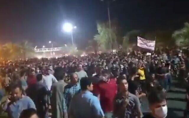 Les Iraniens du Khuzestan, principale région productrice de pétrole de l'Iran, protestent contre de graves pénuries d'eau, des manifestations ayant éclaté dans plusieurs villes depuis le 15 juillet 2020. (Capture d'écran/Twitter)