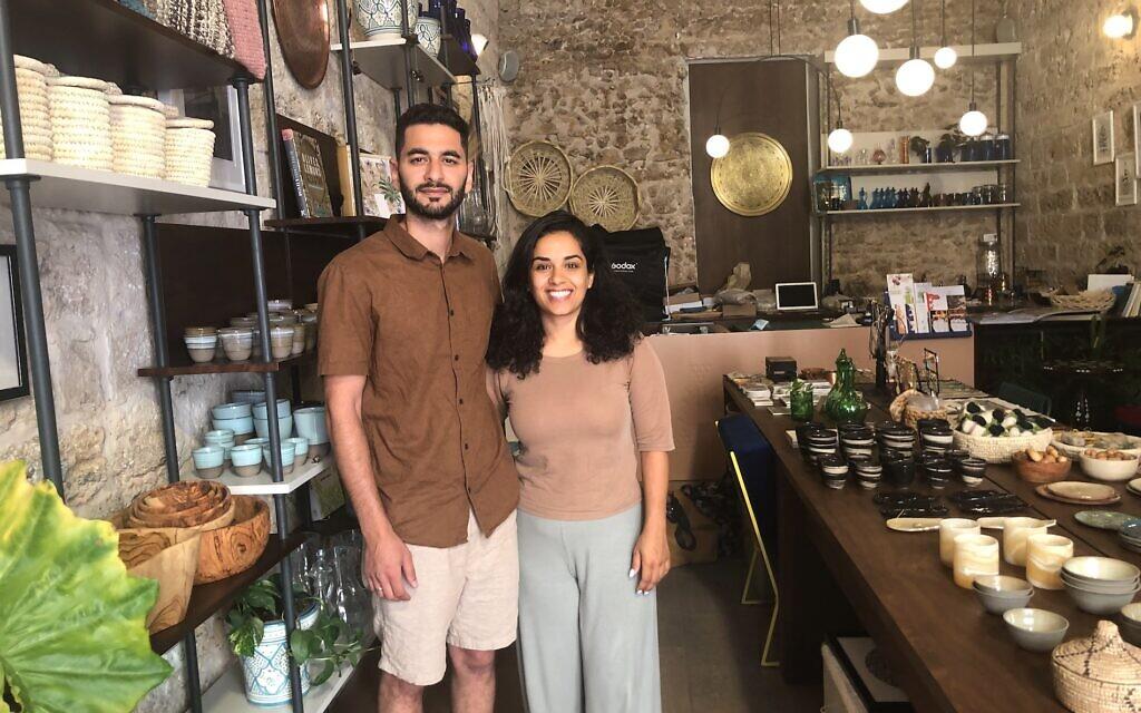 Jack et Adria Abu Shehadeh dans la boutique Hilweh Market, un magasin qui vend des objets artisanaux palestiniens de Jaffa. (Crédit : Jessica Steinberg/Times of Israel)