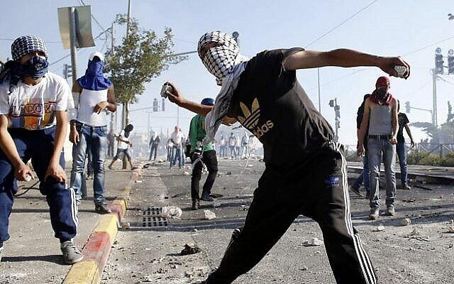 Illustration : De jeunes Palestiniens jettent des pierres sur la police israélienne lors d'un affrontement à Jérusalem-Est, en juillet 2014. (Sliman Khader/Flash90)