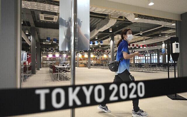 La salle à manger principale est vue lors d'une visite de presse du village olympique et paralympique de Tokyo 2020, le 20 juin 2021, à Tokyo. (Crédit: AP Photo/Eugene Hoshiko)