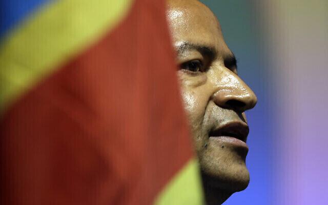 Sur cette photo d'archives du lundi 12 mars 2018, le chef de l'opposition congolaise Moise Katumbi s'adresse aux délégués lors d'un forum de trois jours dans un hôtel de villégiature près de Johannesburg, en Afrique du Sud. Katumbi est rentré au Congo le lundi 20 mai 2019, l'un des nombreux exilés politiques qui rentrent au pays après l'entrée en fonction d'un nouveau président cette année. (Crédit: AP Photo/Themba Hadebe)