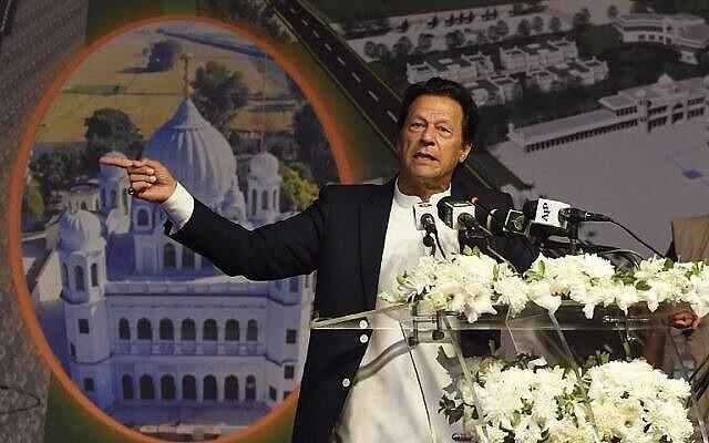 Le Premier ministre pakistanais Imran Khan s'adresse à la cérémonie de pose de la première pierre du corridor de Kartarpur à Kartarpur, le 28 novembre 2018. (Arif Ali/AFP.)