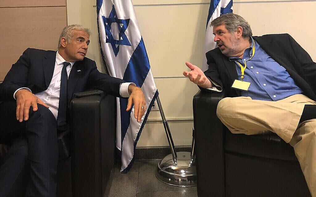 Le leader de Yesh Atid, Yair Lapid (L), et le stratège politique Mark Mellman à la Knesset avant la prestation de serment du 36e gouvernement d'Israël, le 13 juin 2021. (Yesh Atid)