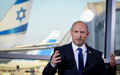 Le Premier ministre Naftali Bennett prononce des remarques télévisées à l'aéroport Ben Gurion, le 22 juin 2021. (Crédit: Flash90)