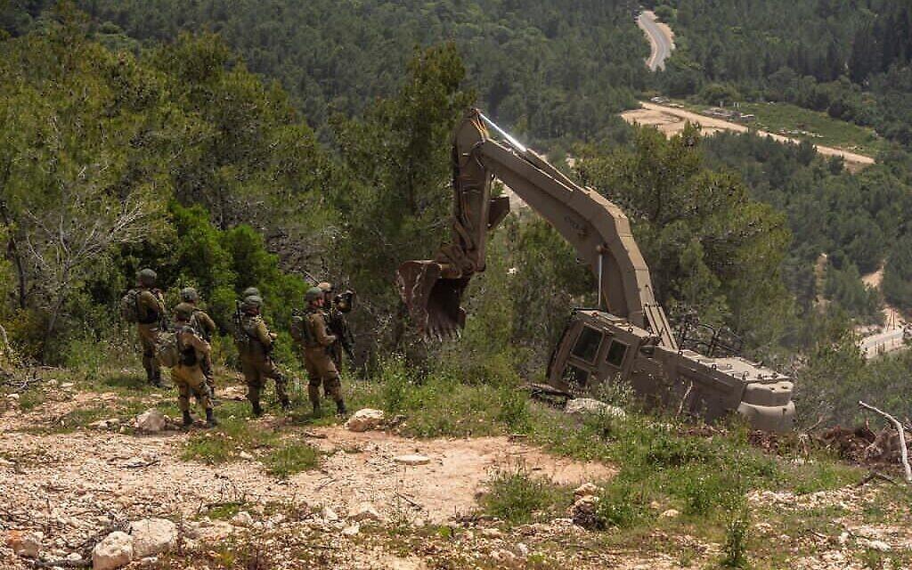 Des véhicules du génie de Tsahal mettent en place des positions de défense établies le long de la frontière libanaise, sur une photo non datée. (Tsahal)