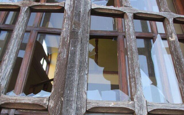 Les vitres brisées suite à l'acte de vandalisme commis à la synagogue d'Orastie, en Roumanie, qui est survenu en date du 28 juin 2021. (Crédit : Transylvania News via JTA)