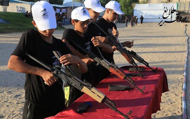 Des enfants de Gaza s'entraînent au maniement des armes dans la bande de Gaza, été 2021 (Hamas)