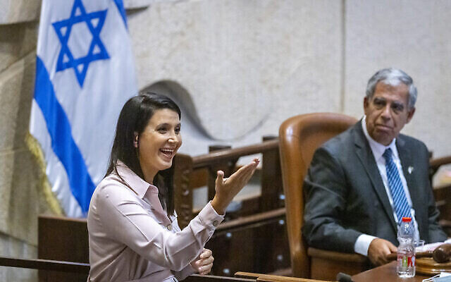 Shirley Pinto, la première membre sourde de la Knesset, prend la parole lors d'une session plénière le 12 juillet 2021. (Crédit: Olivier Fitoussi/Flash90)