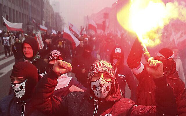 Sur cette photo d'archives du vendredi 11 novembre 2016, des nationalistes, brûlent des fusées éclairantes alors qu'ils défilent en grand nombre dans les rues de Varsovie pour marquer le jour de l'indépendance de la Pologne, à Varsovie, en Pologne. (AP Photo/Czarek Sokolowski, File)