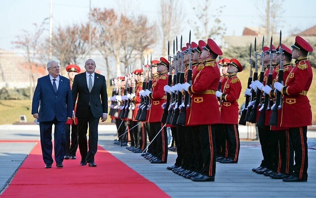 Le président Reuven Rivlin est accueilli par une garde d'honneur lors de sa visite en Géorgie, en janvier 2017. (Crédit : Haim Zach / GPO)