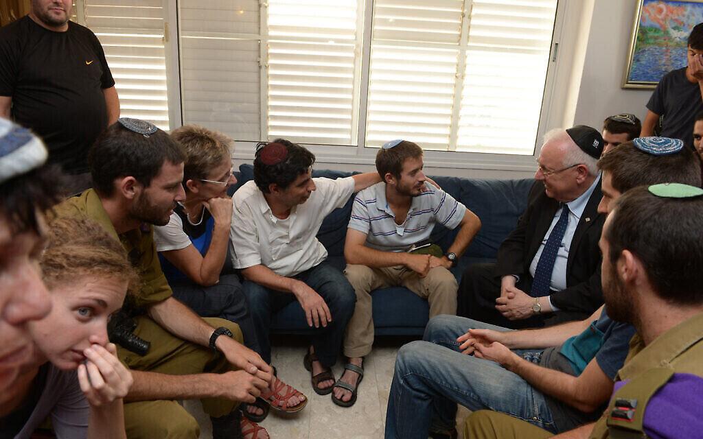 Le président Reuven Rivlin en visite au domicile de la famille Goldin suite au décès de Hadar Goldin lors de la guerre de Gaza de 2014, le 5 août 2014. (Crédit : Mark Neyman/GPO)
