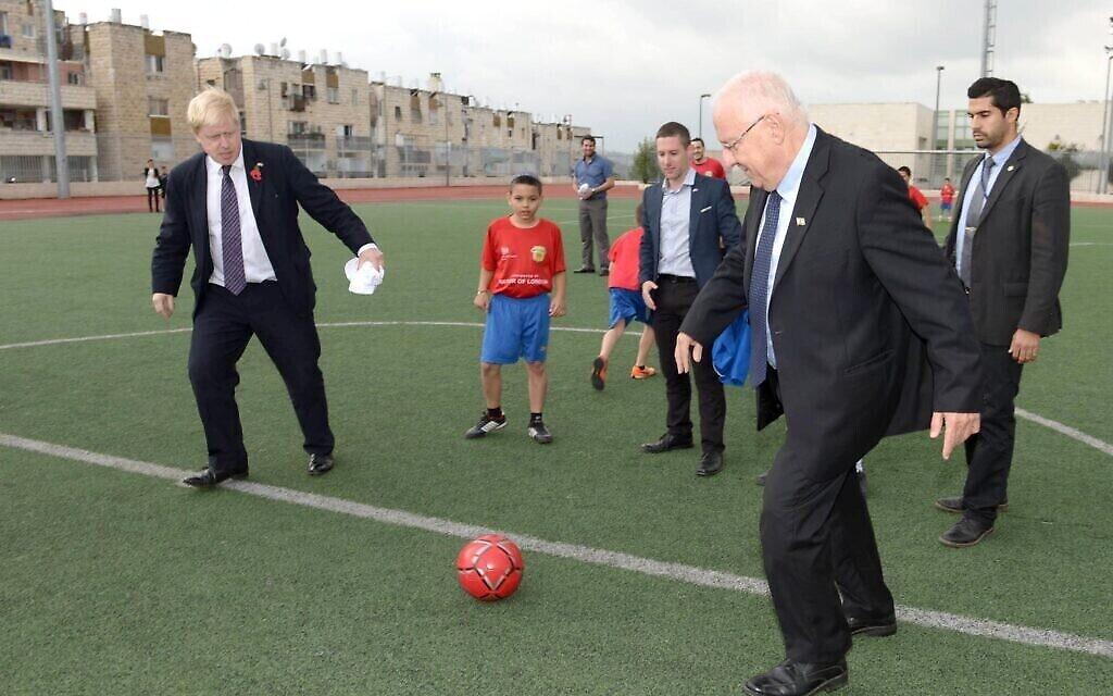 Le président Reuven Rivlin joue au football avec Boris Johnson, alors maire de Londres, à Jérusalem, le 11 novembre 2015. (Crédit : Mark Neyman/GPO)
