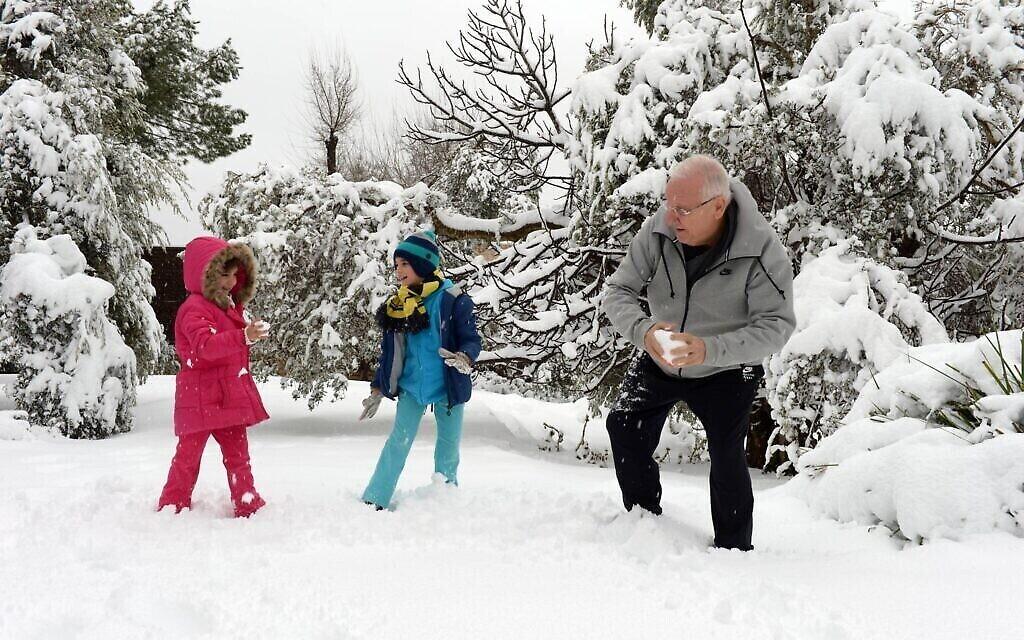 Le président Reuven Rivlin joue avec ses petits-enfants après une chute de neige à Jérusalem, le 20 février 2015. (Crédit : Haim Zach / GPO)