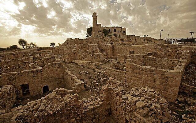 Les ruines archéologiques au sommet du pic de Nebi Samuil (Abir Sultan/ Flash 90)