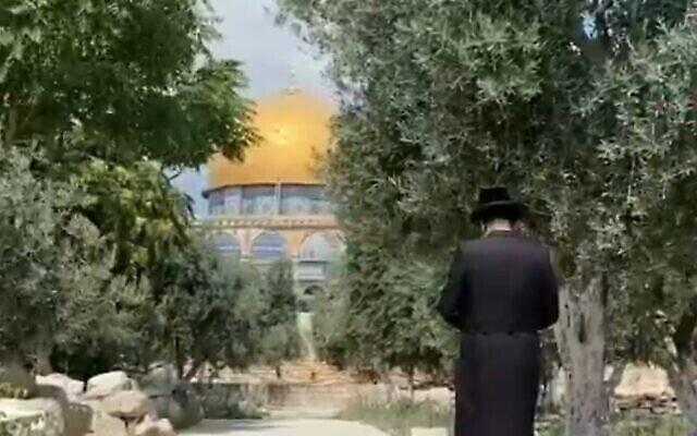 Un Juif prie sur le mont du Temple, le 17 juillet 2021. (Capture d'écran : Douzième chaine)