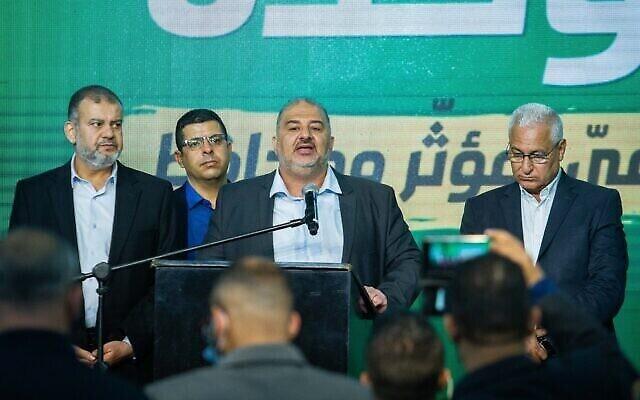 MK Waleed Taha (gauche) et Mansour Abbas, leader du Ra'am, et des membres du parti au siège du Ra'am à Tamra, le 23 mars 2021, à la fin du vote le jour des élections. (Flash90)