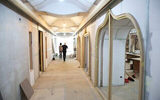 NaTang, à gauche, et Jeffrey D. Schwartz dans le nouveau centre communautaire juif de Taiwan, actuellement en construction. (Crédit: Glenn Leibowitz)