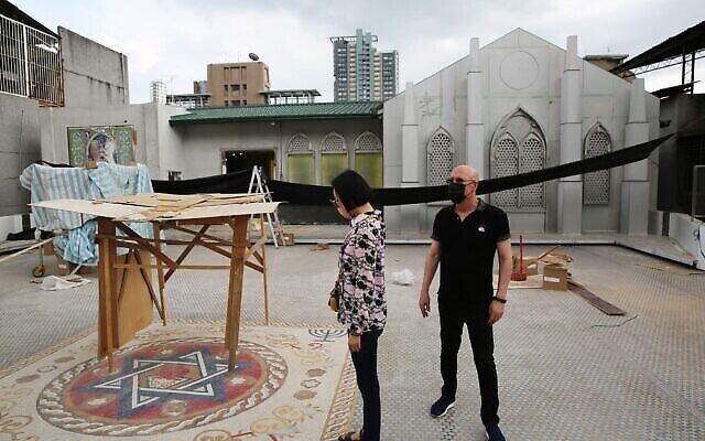 NaTang, à gauche, et Jeffrey D. Schwartz inspectent la place sur le toit du nouveau centre communautaire juif de Taiwan, actuellement en construction. (Crédit: Glenn Leibowitz)