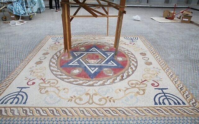 Un sol en mosaïque sur le toit du nouveau centre communautaire juif de Taiwan, actuellement en construction. (Crédit: Glenn Leibowitz)