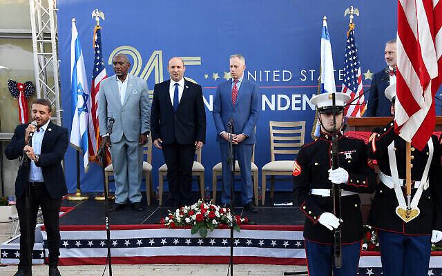 (De gauche à droite) Gregory Meeks, président de la commission des affaires étrangères de la Chambre des représentants, le Premier ministre Naftali Bennett et le chargé d'affaires de l'ambassade des États-Unis en Israël, Michael Ratney, lors de la célébration du jour de l'indépendance de l'ambassade des États-Unis, le 5 juillet 2021. (Crédit: Ziv Sokolov/ambassade des États-Unis à Jérusalem)