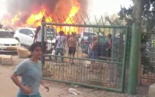 Un incendie à proximité du parc national Gan HaShlosha dans le nord d'Israël, le 3 juillet 202. (Capture d'écran)