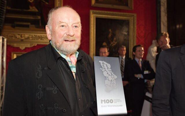 Kurt Westergaard recevant le M100 Sanssouci Media Award à Potsdam en 2010. (Crédit : Autorisation M100)