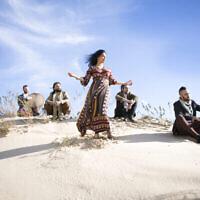 Les membres du groupe Yamma, dont la chanteuse Talya G.A Solan (au centre), Yonnie Dror, Aviv Bahar, Nur Bar Goren et Avri Borochov. Talya Solan a trouvé un nouveau public pour la musique basée sur des textes hébraïques anciens grâce à YouTube (Crédit: Ruth Luar).