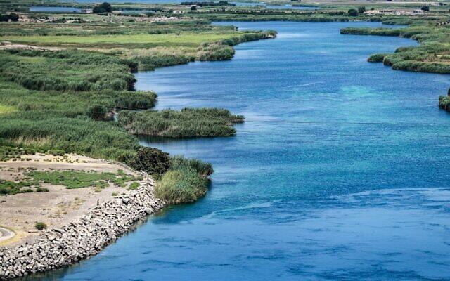 Cette photo prise le 26 juillet 2021 montre une vue de l'Euphrate près du barrage de Tabqa de 1973 (non visible) dans la province de Raqqa, dans l'est de la Syrie. (Crédit : Delil SOULEIMAN / AFP)