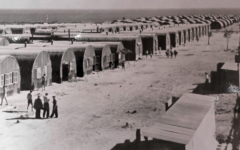 Une vieille photo d'un camp de détention britannique à Chypre exposée au musée juif de Chypre dans la ville portuaire de Larnaca, le 26 juillet 2021. Entre août 1946 et février 1949, plus de 52 000 Juifs débarqués de 39 bateaux ont été détenus par des soldats britanniques dans une dizaine de camps à Chypre, selon Yad Vashem, le mémorial et centre d'éducation d'Israël sur la Shoah. (Crédit : AFP)