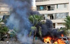 Des flammes embrasent un véhicule suite à des affrontements dans la zone de Khalde, au sud de la capitale libanaise, le 1er août 2021. (Crédit : ANWAR AMRO / AFP)