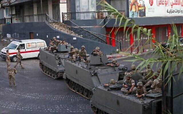 Des soldats libanais déployés dans des véhicules blindés au milieu d'affrontements dans la région de Khalde, au sud de la capitale, le 1er août 2021.  (Crédit : ANWAR AMRO / AFP)