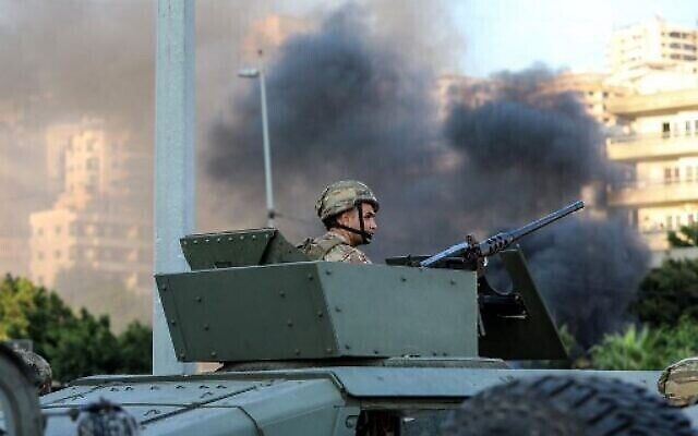 Un soldat libanais dans un véhicule blindé alors que l'armée se déploie au milieu d'affrontements dans la région de Khalde, au sud de la capitale, le 1er août 2021. (Crédit : ANWAR AMRO / AFP)