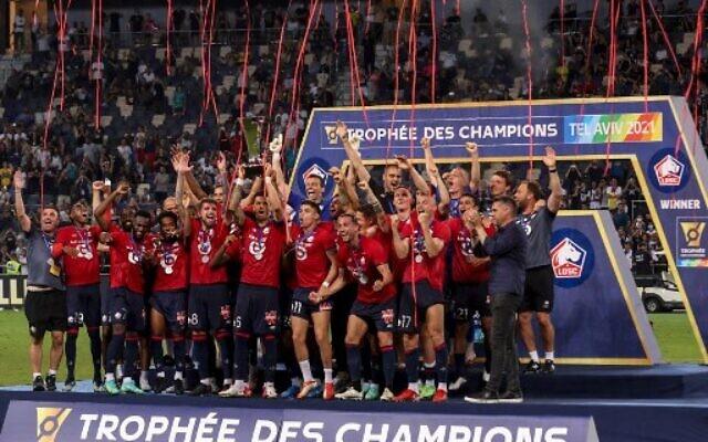 Les joueurs de Lille remportent la finale du Trophée des champions français entre le Paris Saint-Germain (PSG) et Lille (LOSC) au stade Bloomfield à Tel Aviv, Israël, le 1er août 2021. (Crédit : EMMANUEL DUNAND / AFP)