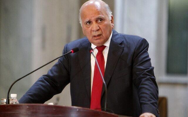 Le ministre irakien des Affaires étrangères Fuad Hussein s'exprime lors d'une cérémonie de remise d'antiquités irakiennes pillées restituées par les États-Unis, au ministère des Affaires étrangères, le 3 août 2021. (Crédit : Sabah ARAR / AFP)