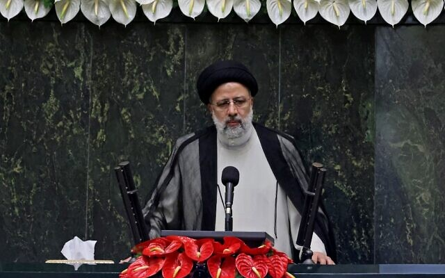 Le nouveau président iranien, Ebrahim Raissi, s'exprime lors de sa cérémonie d'assermentation au parlement iranien, dans la capitale Téhéran, le 5 août 2021. (Crédit : Atta Kenare/AFP)