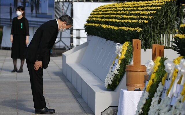 Le Premier ministre japonais Yoshihide Suga lors d'une cérémonie marquant le 76e anniversaire de la première attaque à la bombe atomique au monde, au parc du Mémorial de la paix à Hiroshima, le 6 août 2021. (Crédit : STR / JIJI PRESS / AFP)